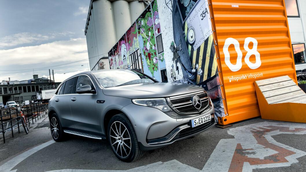 PÅ VERKSTED: De første Mercedes EQC er nå kommet på norske veier. Men usikker kvalitet på en bolt, fører til at de må tilbakekalles. Foto: Jon Terje Hellgren Hansen
