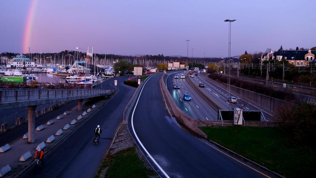 FLERE BILER: Forskerne tror ikke det blir færre biler på veiene fram mot 2050, snarere tvertimot. Foto: Jon Terje Hellgren Hansen
