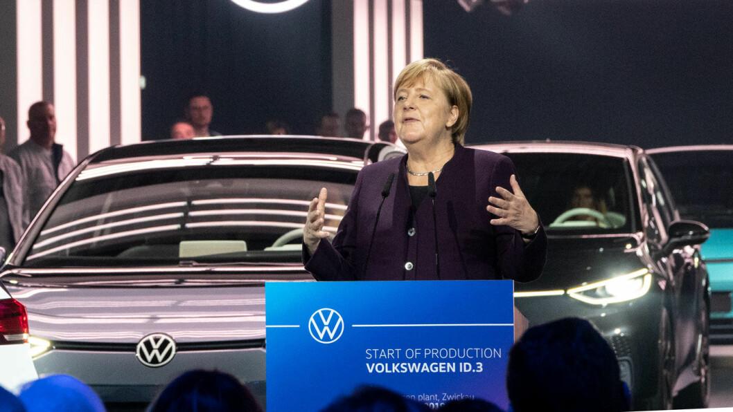 NY START: Forbundskansler Angela Merkel under oppstarten av ID.3-produksjonen i Zwickau mandag. Foto: Peter Raaum