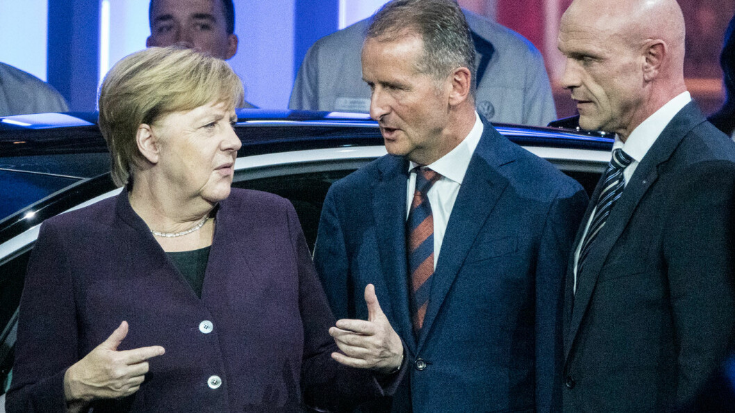 LYSERE TIDER: Elbil-storsatsingen til VW ble sist høst symbolisert ved at toppsjefen Herbert Diess (midten) annonserte produksjonsstart for den første ID.3-bilen, med forbundskansler Angela Merkel til stede. VWs e-mobilitetssjef Thomas Ulbrich til høyre. Foto: Peter Raaum