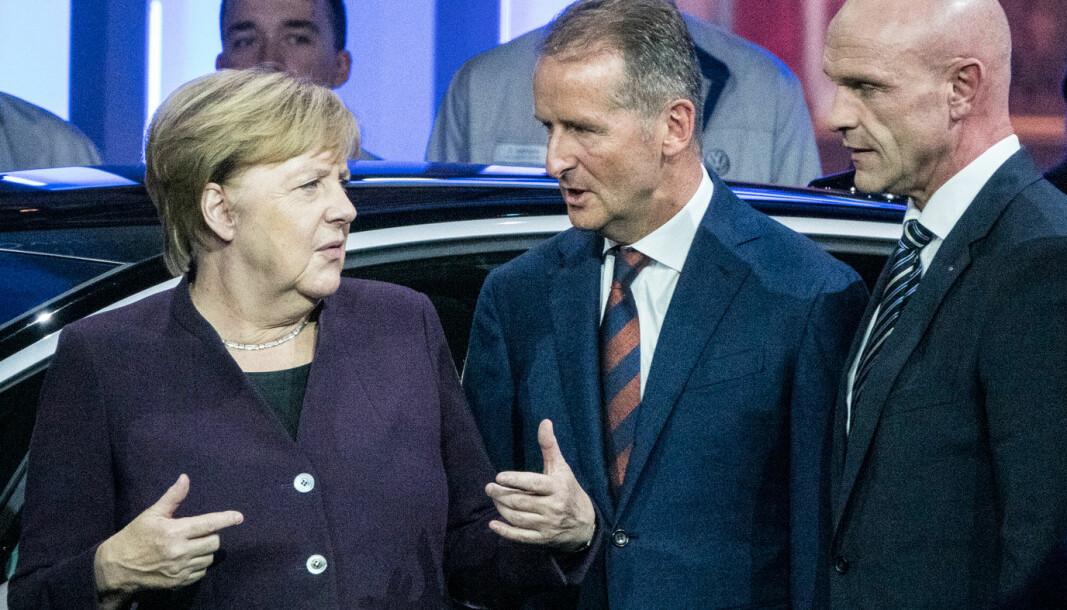 """<span class=""""font-weight-bold"""" data-lab-font_weight_desktop=""""font-weight-bold"""">TAKK OG FARVEL:</span> Forbundskansler Angela Merkel med Herbert Diess og Thomas Ulbrich under åpningen av den nye VW-fabrikken i Zwickau i fjor. Nå slutter Ulbrich i Volkswagen."""