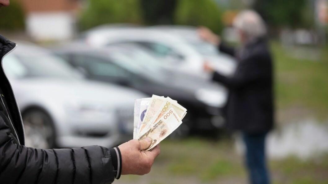SVART OMSETNING: Bruktbilselgere som driver svart selger og kjøper gjerne kontant. NAF mener det er et tankekors at det tar flere år før de blir avslørt. Foto: Geir Olsen