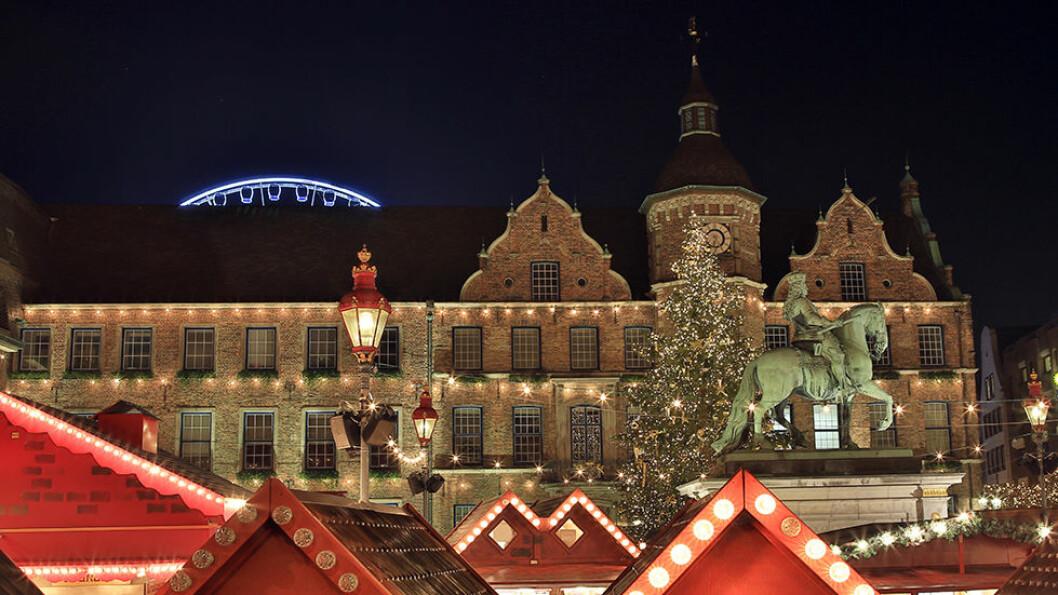 JULEMARKED: På Marktplatz i hjertet av gamlebyen i Düsseldorf, tennes lysene når mørket faller på.