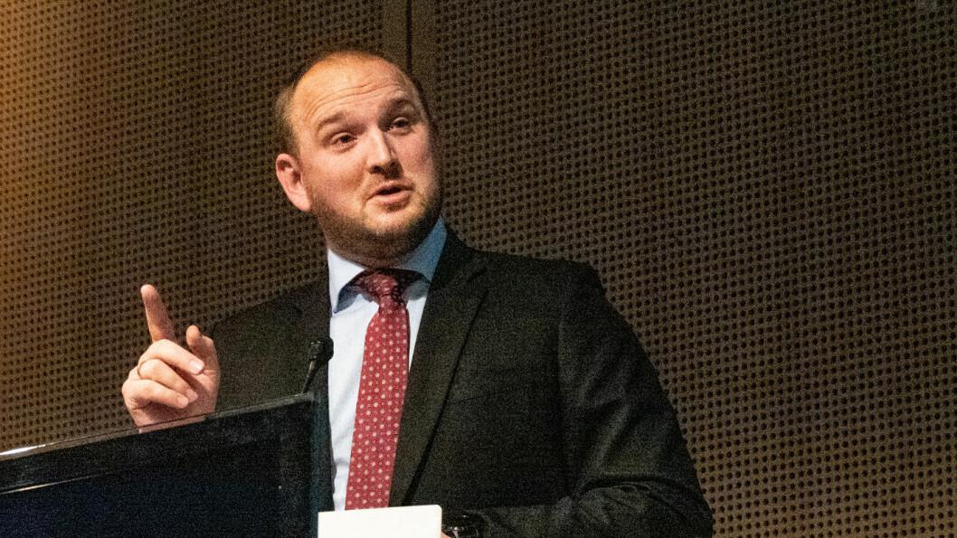 BLÅRUSS: Samferdselsminister Jon Georg Dale varsler at pengebruken på landets samferdselsprosjekter kan få strammere tøyler. Foto: Peter Raaum