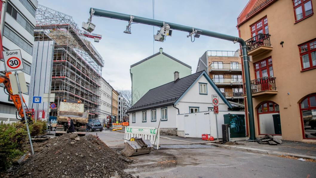 GRAVEARBEID: Flyttingen av den mye omdiskuterte bomstasjonen i Sandakerveien er i gang. Masten til bomstasjonen flyttes over på den andre siden av veien. Foto: Stian Lysberg Solum / NTB scanpix