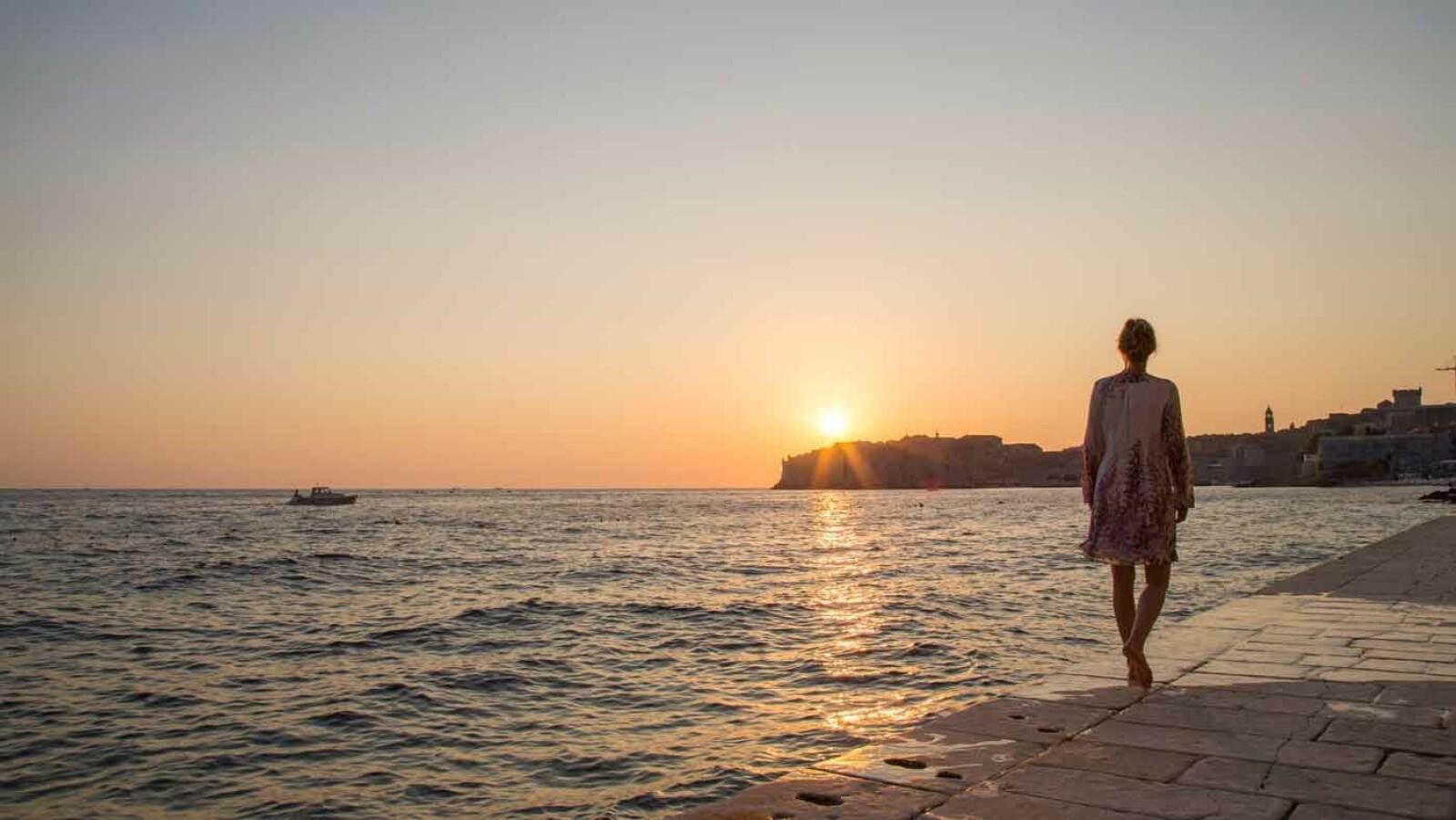 FULLSTENDIG SJARMERT: Vi ble helt betatt av gamlebyen i Dubrovnik, og det var vi ikke alene om. Ikke minst når mørket senker seg over borgen og du har rukket et siste bad før solen går ned. Foto: Siv-Elin Nærø