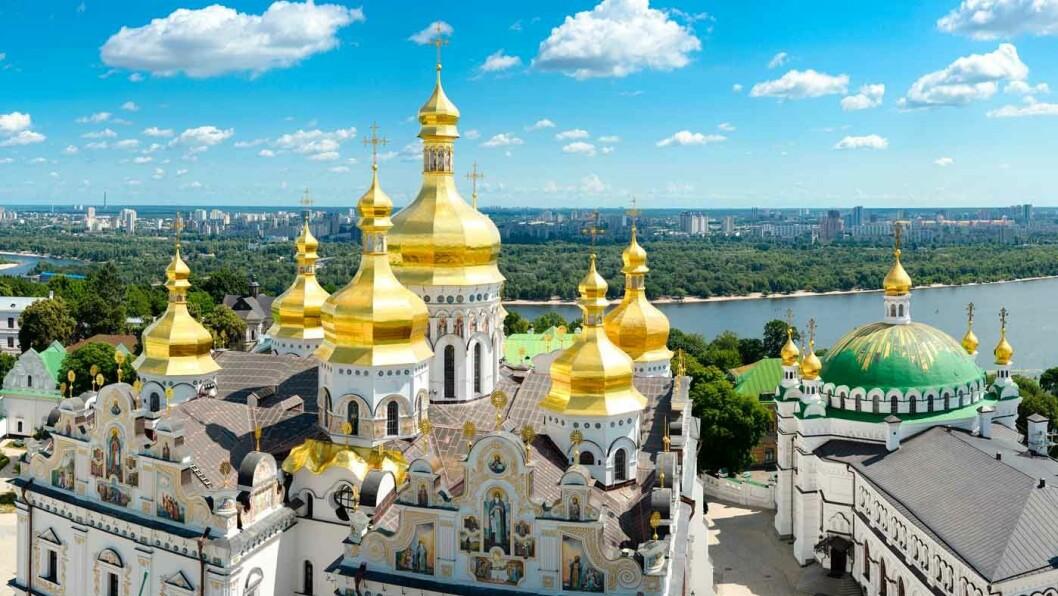 ST.SOFIA-KATEDRALEN:Katedralen med 13 kupler ble påbegynt i 1037 mens  Jaroslav den vise regjerte, men stod ikke ferdig før to hundre år senere. Dette er den eldste kristne kirken i det øst-slaviske området som er fullt bevart, og den står på UNESCOs verdensarvliste.
