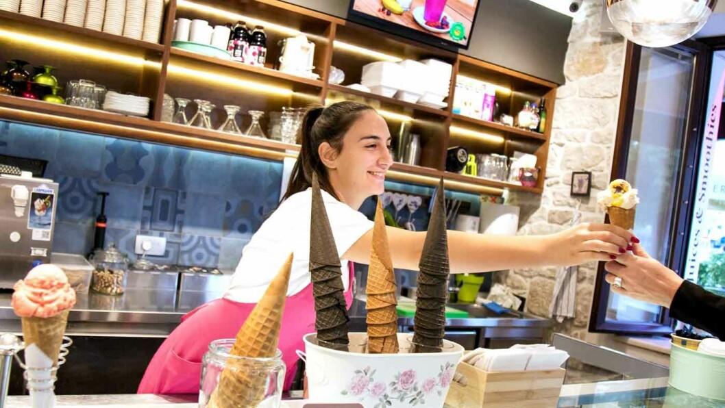 KREMEN AV IS: Petra Lucin i iskrembaren Bella Gelato i Trogir frister med 36 forskjellige sorter is. Foto: Siv-Elin Nærø