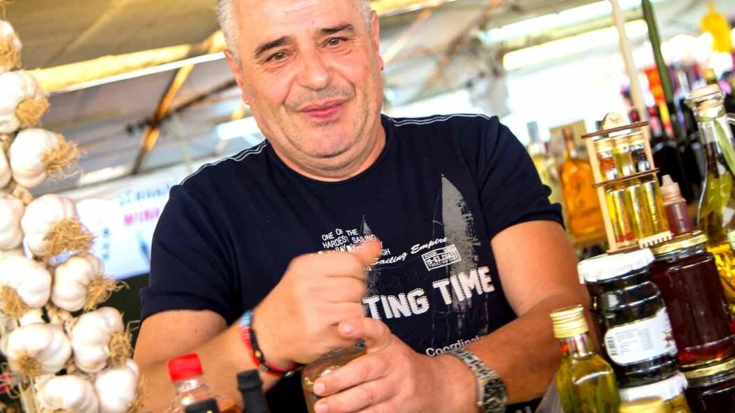 LOKALE SMAKER: Vojko Pavkovic på torget i Trogir byr på hjemmelaget likør. Foto: Siv-Elin Nærø