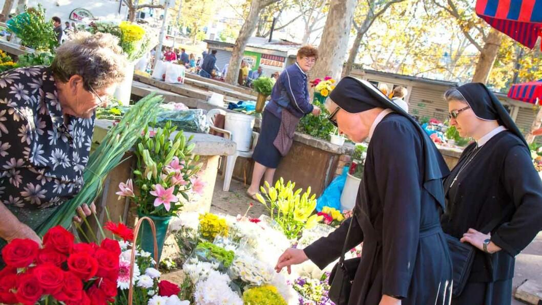PÅ TRO OG ÆRE: Nonnene som handler blomster på markedet tilhører ett av flere klostre i Split. Foto: Siv-Elin Nærø