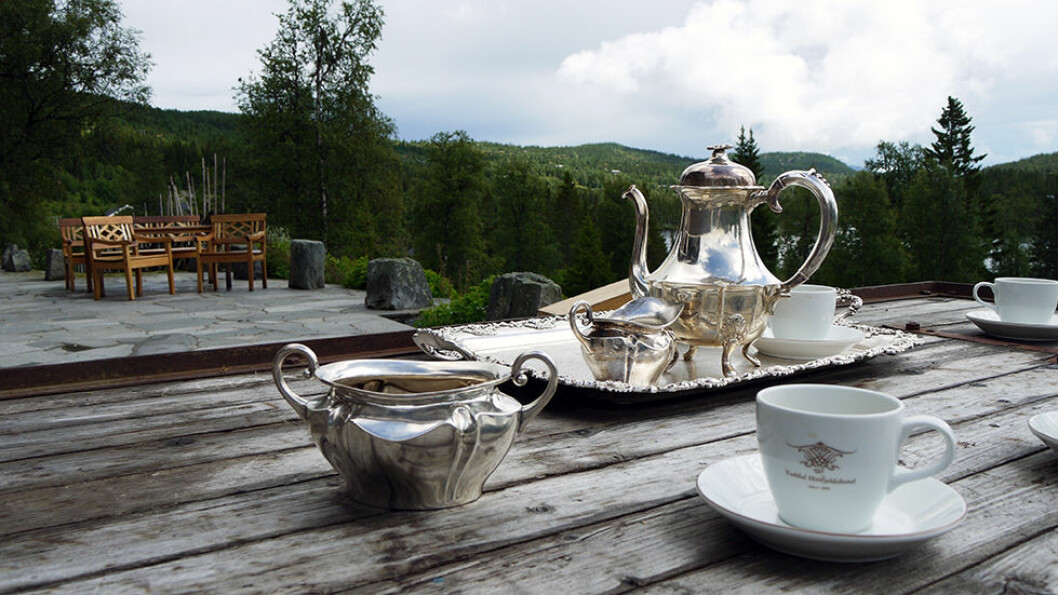 TID OG OPPLEVELSER: Tuddal Høyfjellshotel ligger fantastisk til med Gaustatoppen i ryggen og vannet foran seg. Her serveres gjerne kaffen på terrassen så sant været tillater det. Her ligger alt i detaljene. Foto: Pia Strømstad