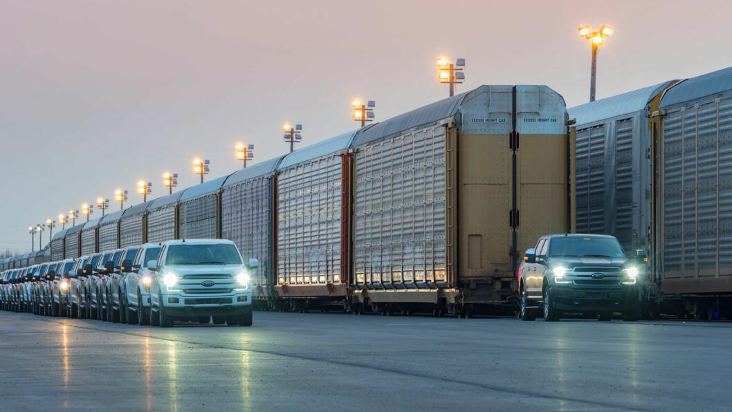 MANNDOMSPRØVEN: Ford ville i sommer bevise at også en elektrisk F-150 har trekkraft. Her har prototypen 10 godsvogner på slep, eller – som til venstre i bildet – 42 eksemplarer av dagens F-150. Foto: Ford Motor Company