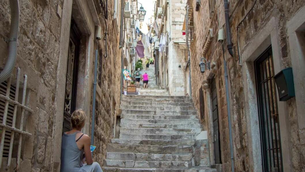 SJARMERENDE DUBROVNIK: Trange smug og åpne plasser kjennetegner gamlebyen i Dubrovnik. Foto: Siv-Elin Nærø