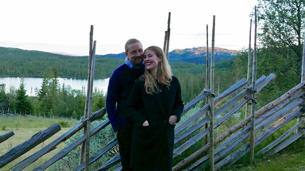 VELKOMMEN: Einar Gurholt og samboeren Malin Torsdatter Abrahamsen tar i mot. Familien Gurholt har drevet hotellet siden 1937.