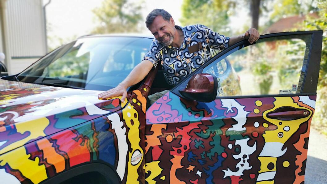 BENGALAKK: Hver dag lokker bilen til Eirik Jarl Trondsen fram glade smil. Han har også malt bilen som han har i Afrika. Foto: Guri Haram