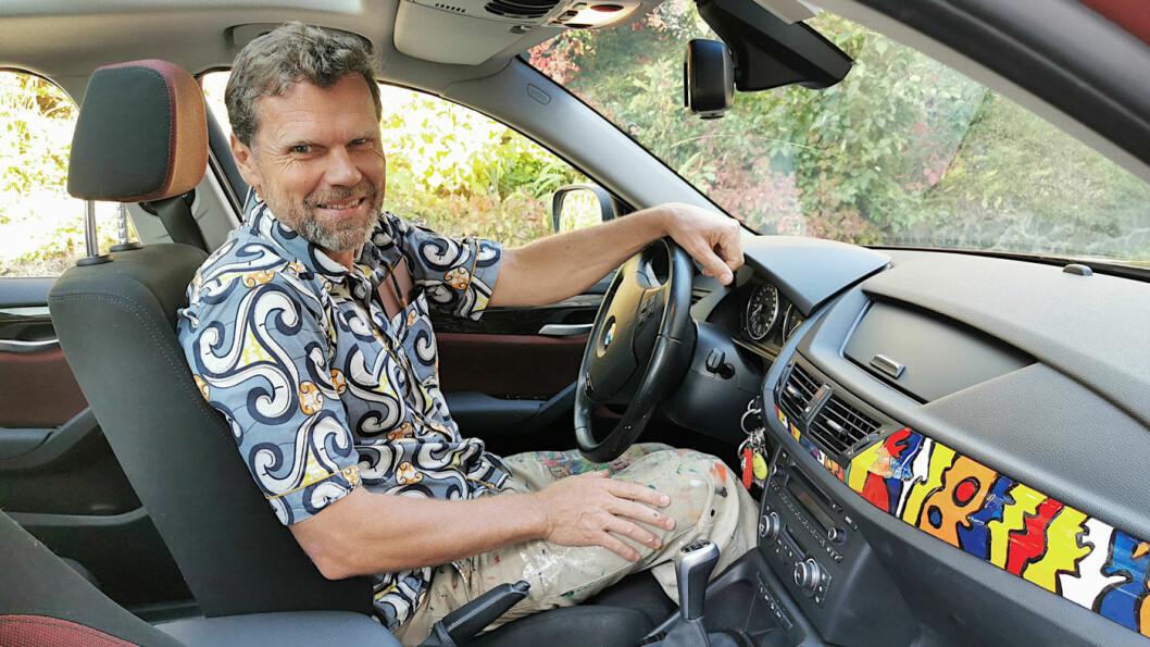 ALT UNNTATT GRÅTT: – Detaljer tar tid, panseret har mye av det, forteller Eirik Jarl Trondsen som har håndmalt bilen sin.