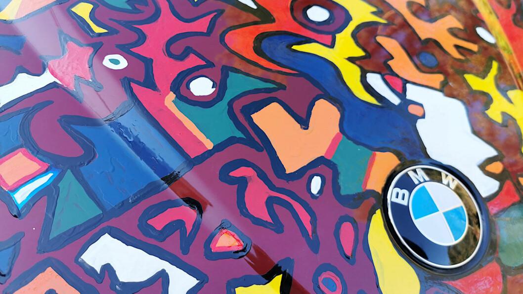 FØRST RØDT: BMW-en har rød metallisk grunnfarge som fungerer utmerket som et fargerikt lerret.