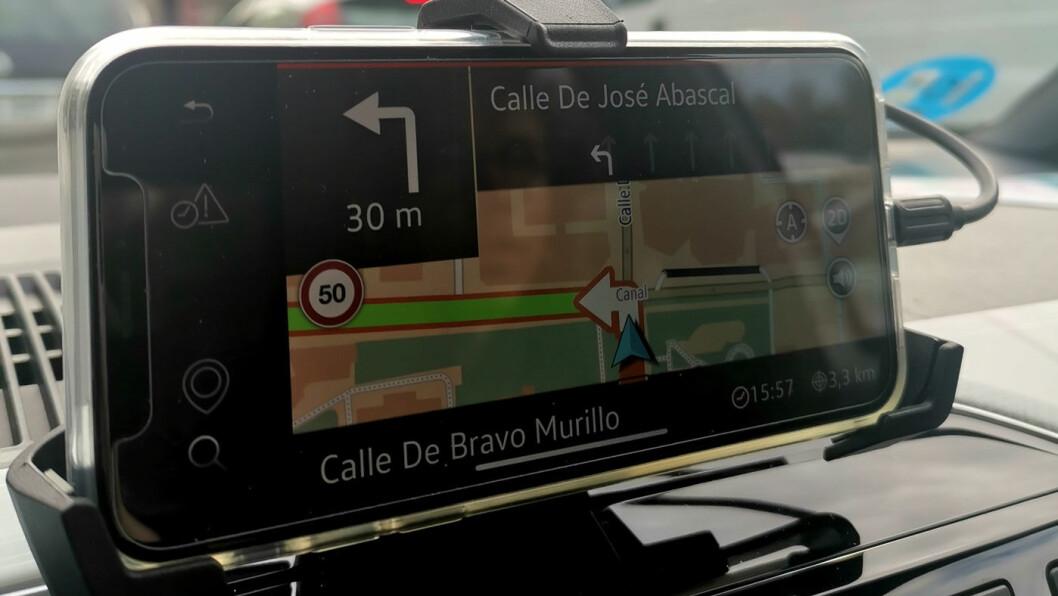 KARTLESER: Mobiltelefonen din gjør nytte som navigasjonsløsning på denne bilen.