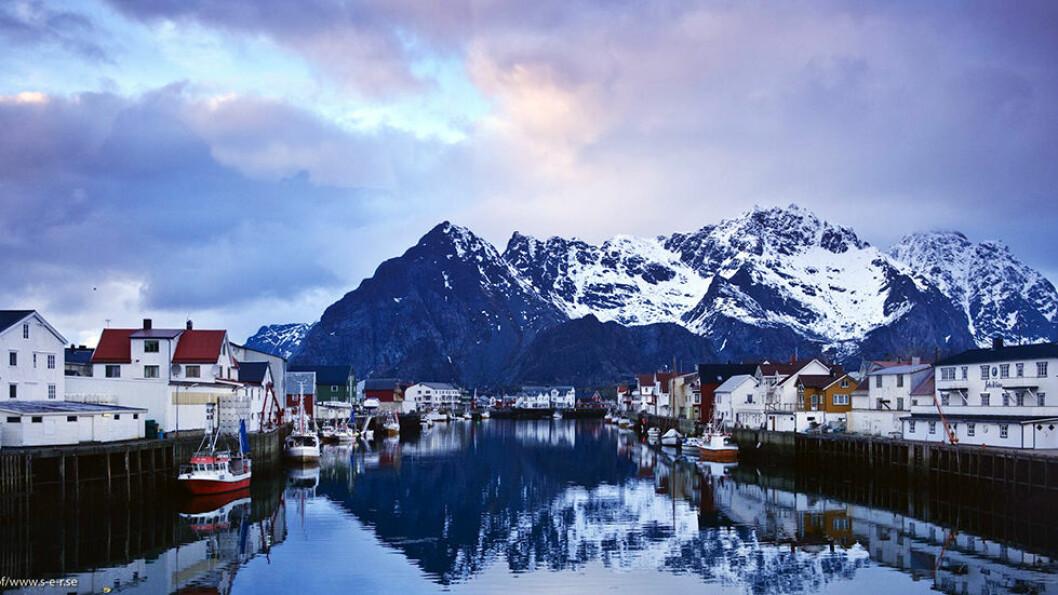 OVER POLARSIRKELEN: Vi krysser Vestfjorden og kommer til Lofoten der fiskeværene ligger i ly av den karakteristiske Lofotveggen.