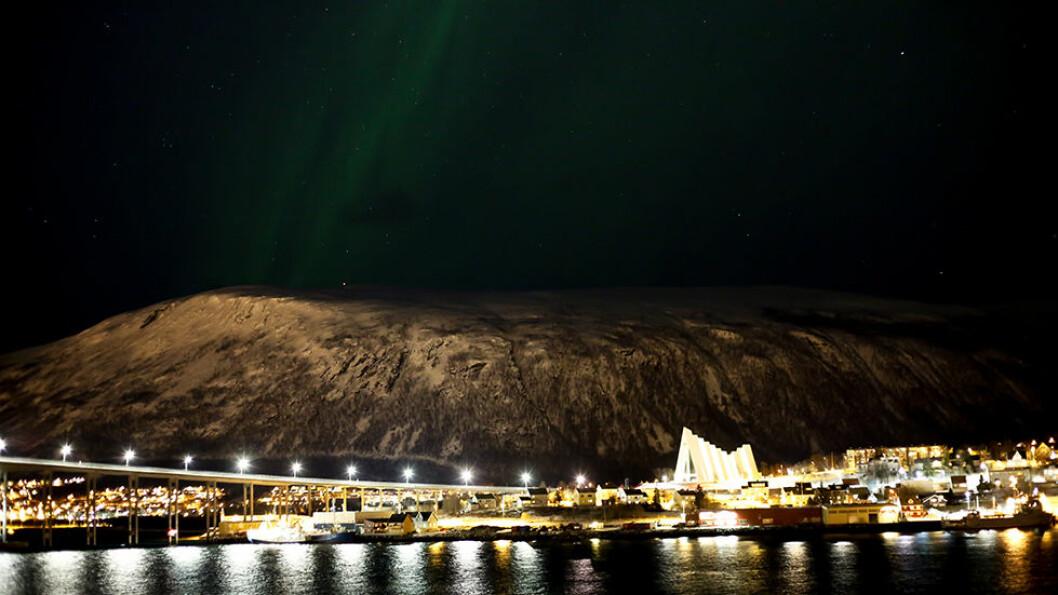 MØRKETID I TROMSØ: Vi klapper til kai i Tromsø, der broen og Ishavskatedralen lyses opp i mørket.
