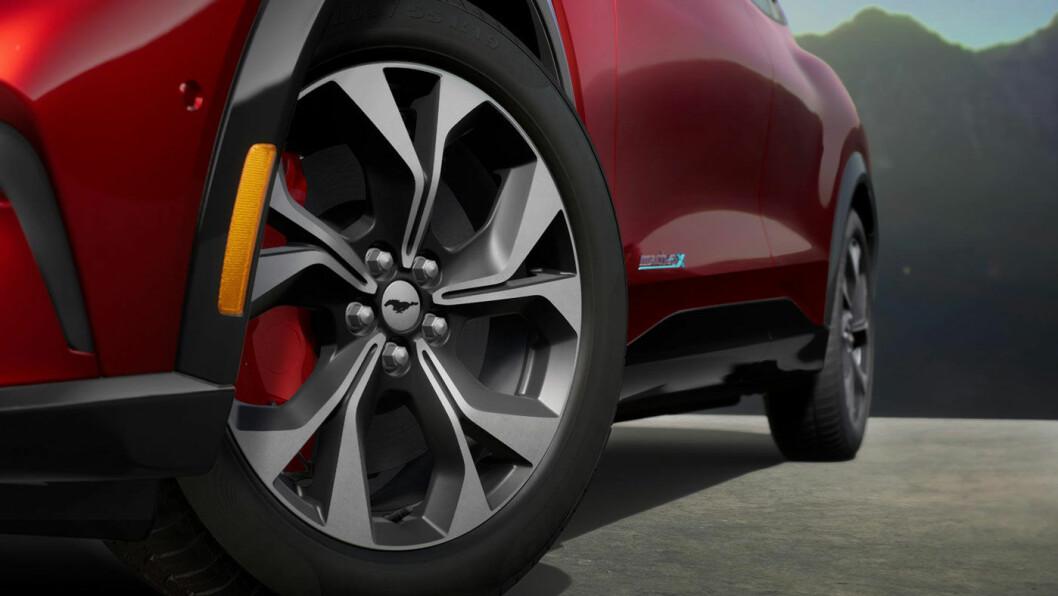 MERKEVARE: Mustang Mach-e kommer med valg mellom fire ulike felger, alle med mustangen i sentrum.