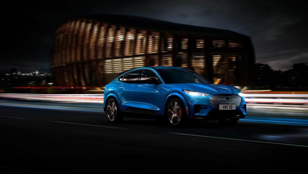 TRE FARGER: Bilen kommer i første omgang i tre farger, rød, sølvgrå eller blå metallic.