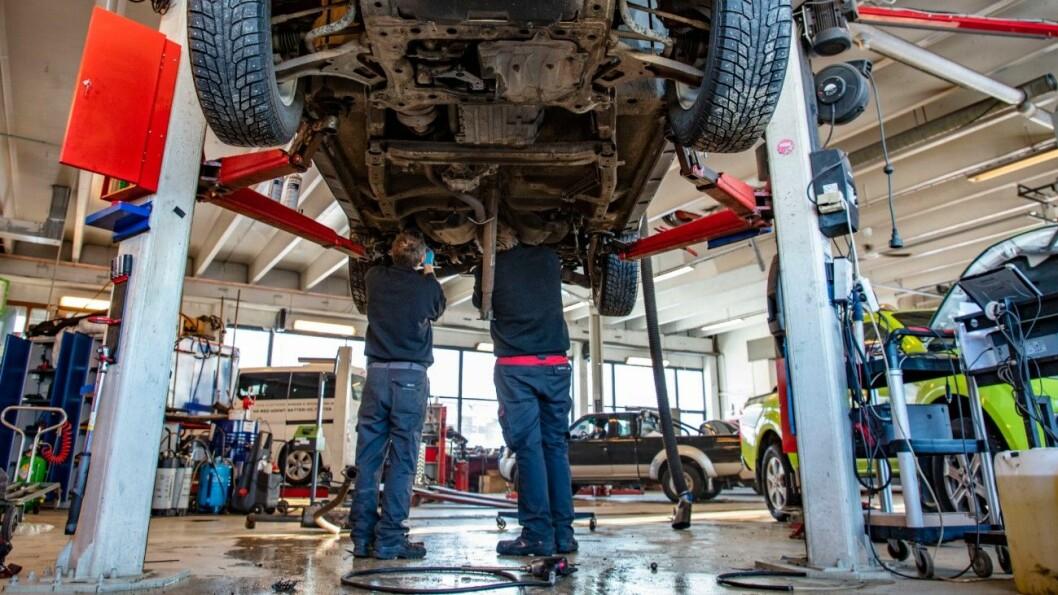 ADVARER: Bilbransjeforbundet advarer mot ulovlige reparasjoner. (Illustrasjonsbilde. Verkstedet på bildet er et godkjent verksted og har ingenting med ulovlige verksteder å gjøre.) Foto: Geir Olsen