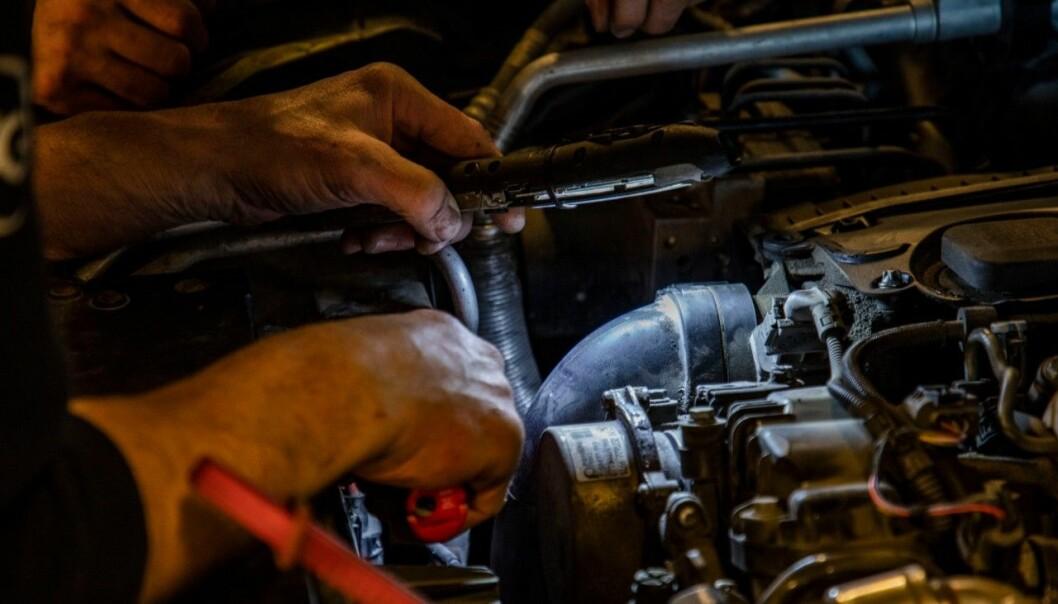 BRYTER REGELVERKET: Hvert femte bilverksted utfører kontroller på egne biler.