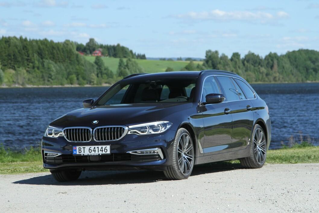 EVOLUSJON: Nye BMW 5-serie har kanskje fått noen av trekkene til storebror 7-serie, men ellers er forandringene svært forsiktige. Komforten i bilen imponerer imidlertid stort. Foto: Rune Korsvoll