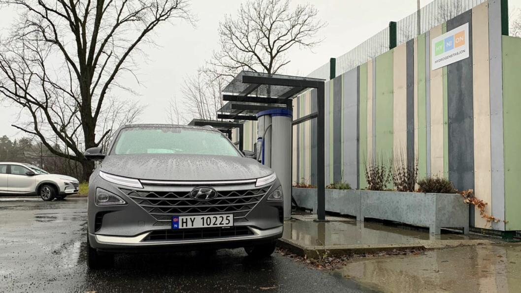 ÅPEN: En ny fyllestasjon for hydrogen åpnet på Høvik utenfor Oslo fredag. Foto: Hynion