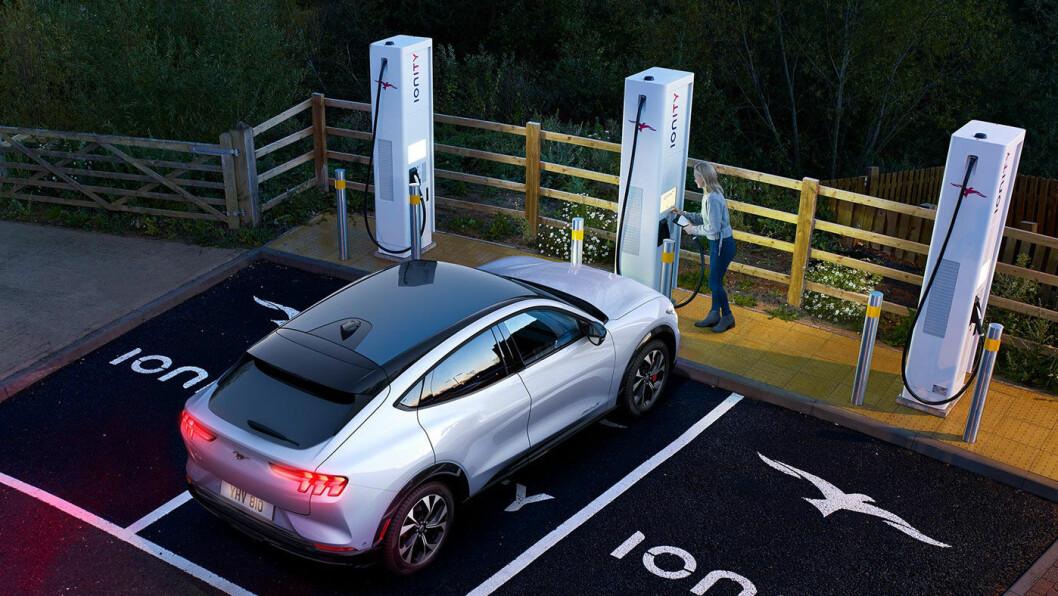 AVLEDNING? Ford velger å kommunisere en oppgitt forbedring i ladehastighet for sin elbil Mustang Mach-e, samme dag som det blir kjent at produksjonsoppstart for den nye elbilen er utsatt to måneder. Foto: Ford Motor