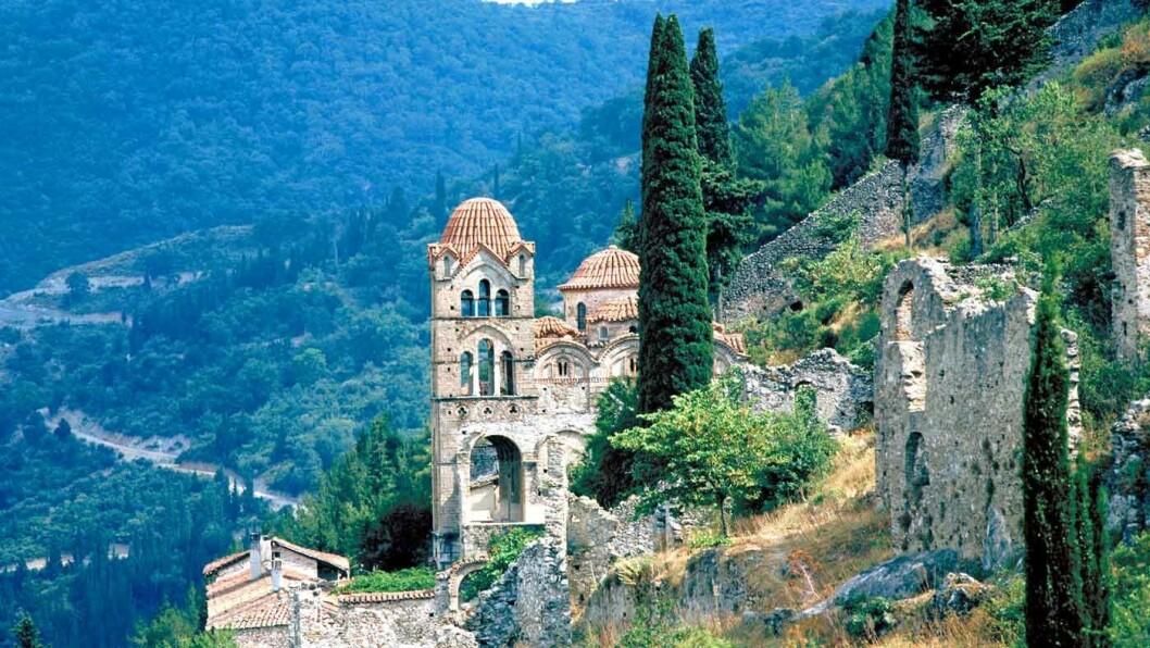 RUINBYEN: Mystras nær Sparta står på UNESCOs verdensarvliste og inneholder flere klostre, kirker og en borg. Pantanassa-klosteret (bildet) er fremdeles bebodd. Foto: Papapanagopoulos