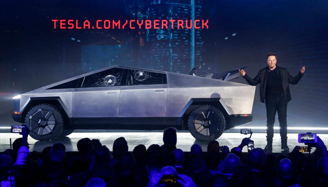 """<span class="""" font-weight-bold"""" data-lab-font_weight_desktop=""""font-weight-bold"""">REAGERER: </span>Elon Musk og Tesla bruker litt mer sivilisert skyts mot konkurrenten Rivian enn de brukte da Cybertruck ble vist fram."""
