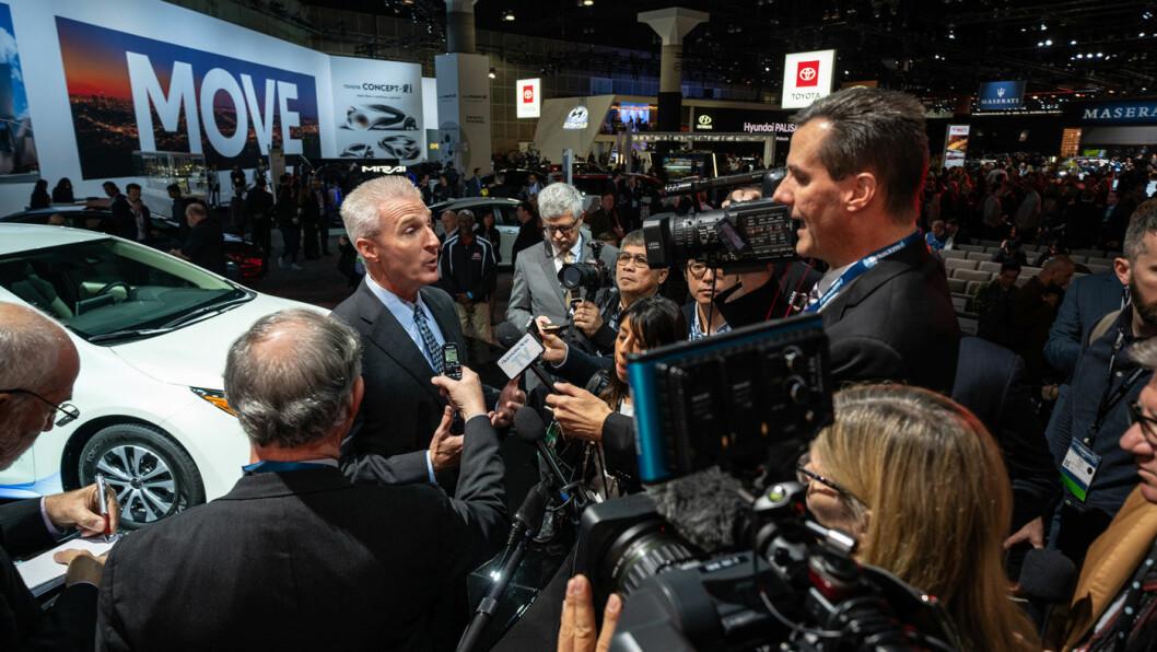 FLATT BATTERI: Jack Hollis, Toyotas toppsjef i Nord-Amerika, tror ikke det finnes et marked for batterielektriske biler i dag. Her intervjues han under Chicago-utstillingen i fjor. Foto: Toyota Motor