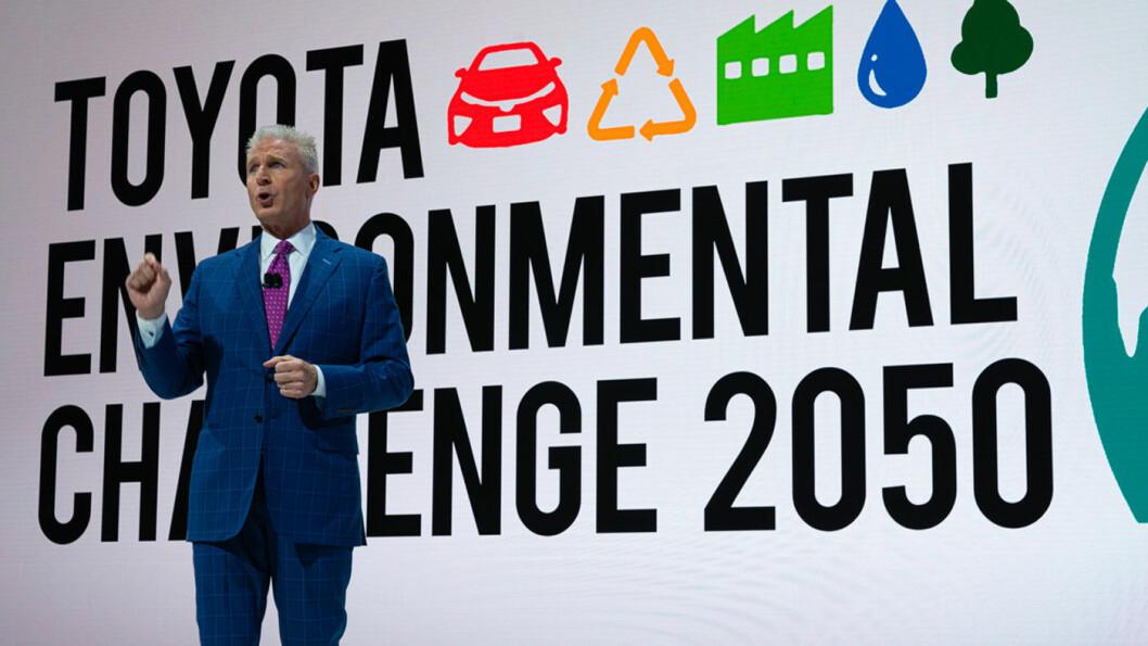 SNAKKER: Jack Hollis blant journalister under Toyota-presentasjonen i Los Angeles sist uke.