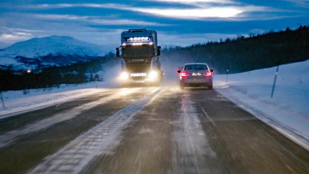 MØRKETID: Det er stor forskjell på lysmengden på nyere og eldre biler. Halogenlys gir mindre og gulere lys enn både xenon og LED-lys. Foto: Geir Olsen