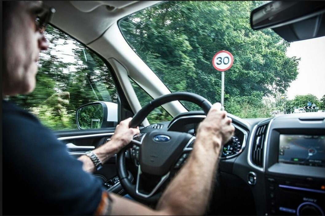 HOLDER FARTSGRENSEN: Bilen leser hastighetsskiltet og senker farten til lovlig nivå automatisk. Foto: Ford