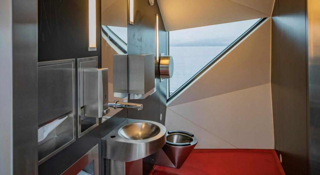 UTSIKT: Fra toalettene har du utsikt utover Mjøsa. Foto: Geir Olsen.