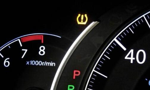 Hva gjør du når denne lampa lyser i bilen?
