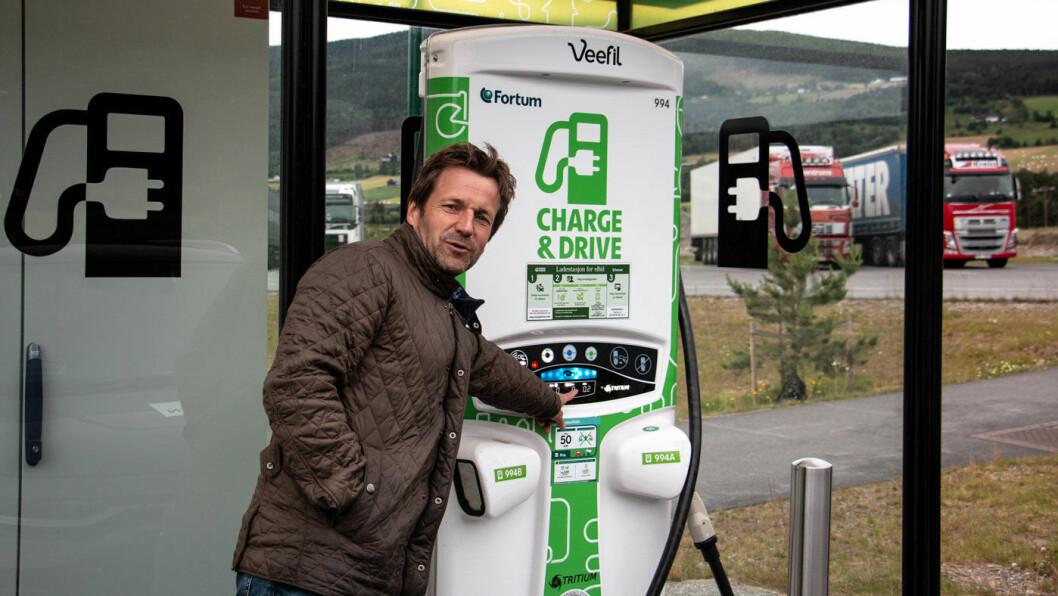 SJEKK PRISEN: Når du lader elbilen betaler du ikke for hver kilowattime (kWt) du får, men for tiden du står ved laderen. Og når ladeeffekten går ned, så går tidsbruken og kostnaden opp. Foto: Peter Raaum