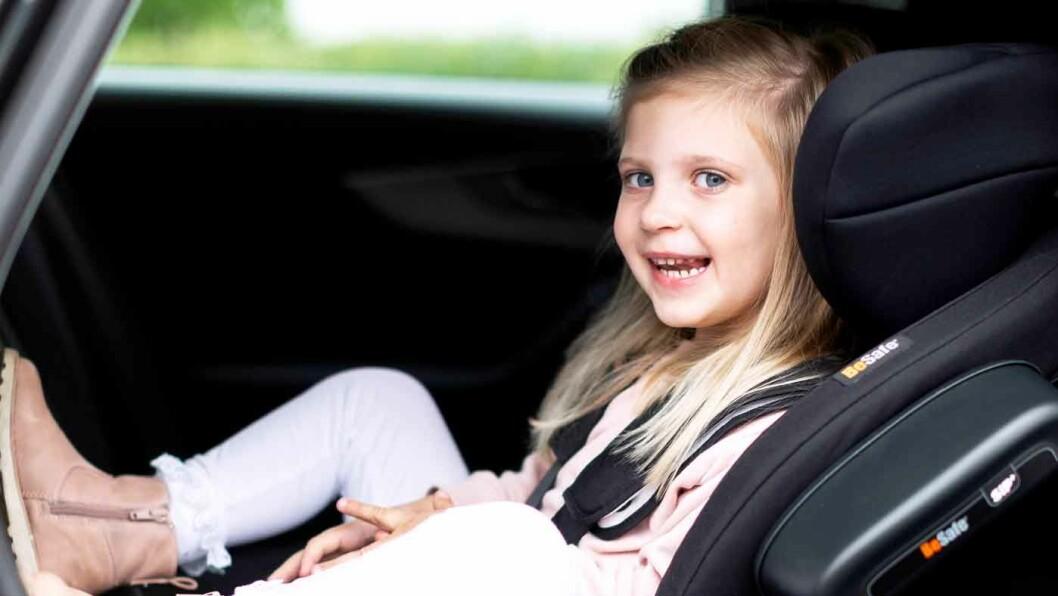 GODT SIKRET: Hvis ulykken er ute skal barnestolen beskytte barnet best mulig. Det tryggeste for barnet er å sitte bakovervendt i bilen. Foto: BeSafe