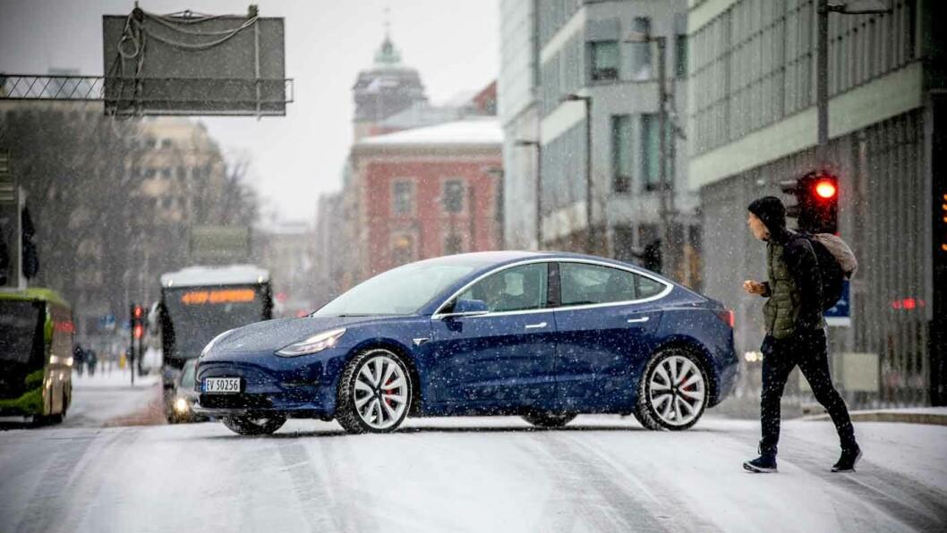 MYE ELBIL FOR PENGENE: Tesla Model 3 vinner på rekkevidde og ladeegenskaper i tillegg til at det er lett å la seg blende av teknologien, kjøreegenskapene og kreftene. Foto: Tomm W. Christiansen