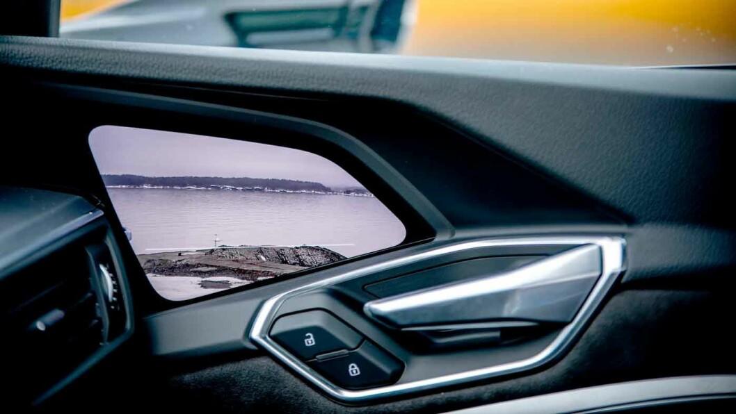 LILLE SPEIL PÅ VEGGEN DER: Små utvendige kameraer som projiserer bildet på en skjerm foran på døren. Foto: Tomm W. Christiansen
