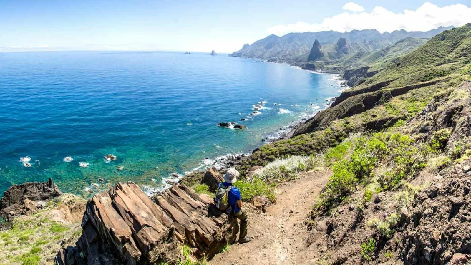 UTENFOR ALLFARVEI: Dette er også Kanariøyene, med bratte fjell og en vill og uberørt kyststripe fjernt fra solstoler og strandløver.