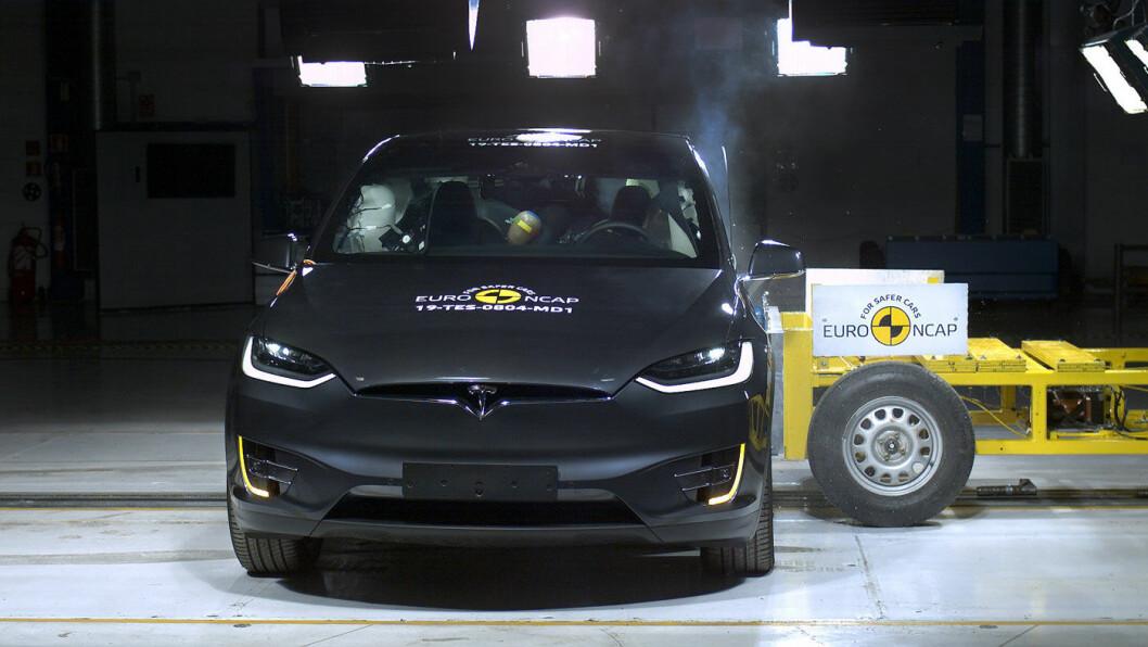 TESTVINNER: Model X scoret 16 av 16 mulige poeng i sidekrasjtesten, der bilene treffes i siden med en mobil gjenstand i en fart på 50 km/t. Foto: Euro NCAP