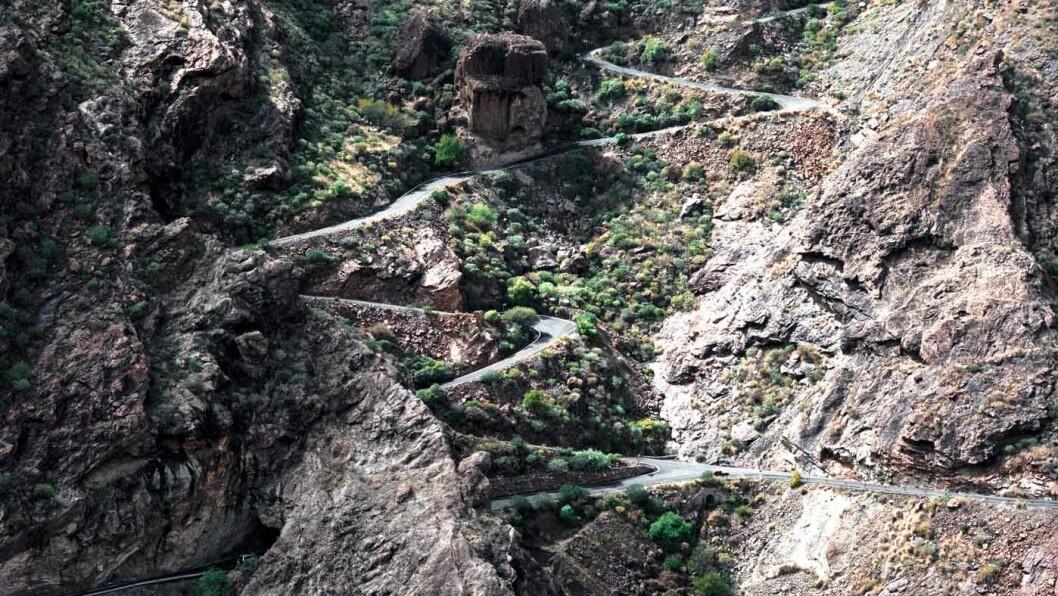 TROLLSTIGEN: Veiene slynger seg i krappe kurver og gjennom små landsbyer langs vestkysten av Gran Canaria. Veistandarden er generelt god, men enkelte strekninger er smale og bratte. Foto: Tom Keighley/Unsplash