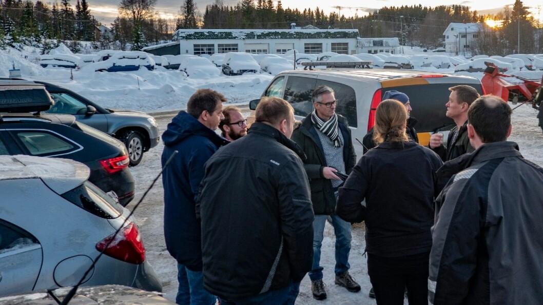 MANNSTERKT: Vegvesenet og samarbeidende etater stiller mannsterkt opp på verkstedkontroller. I midten med skjerf Geir Mjøsund fra vegvesenets krimseksjon. Foto: Geir Olsen