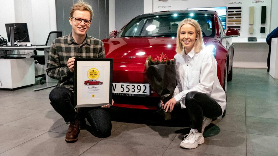 GLADE: Nora Wisløff Egenæs og Even Sandvold Roland i Tesla Norge med hovedrolleinnehaveren – og synlig bevis på seier i vår kåring «Årets beste bilkjøp».