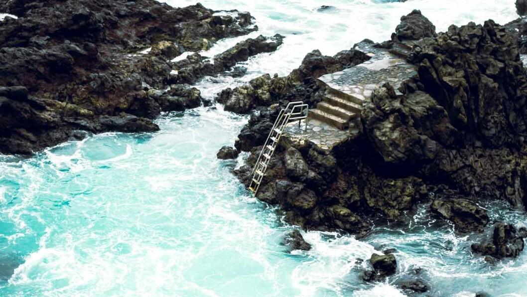 SJØBAD: I Puerto de la Cruz er det mulig å ta seg en dukkert mellom klippene. Foto: David Dvoracek/Unsplash