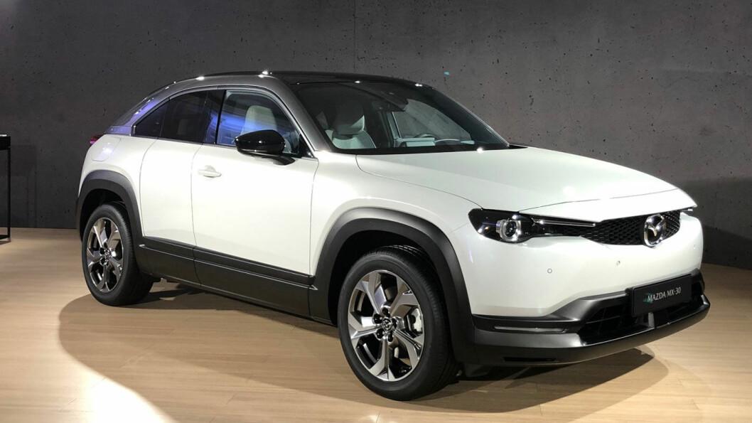 NYKOMMER: Mazda MX-30 blir en spennende bil på elbilmarkedet, med sine «freestyle-dører», kunstige motorlyd og nye interiørmaterialer av blant annet kork. Foto: Øivind A. Monn-Iversen